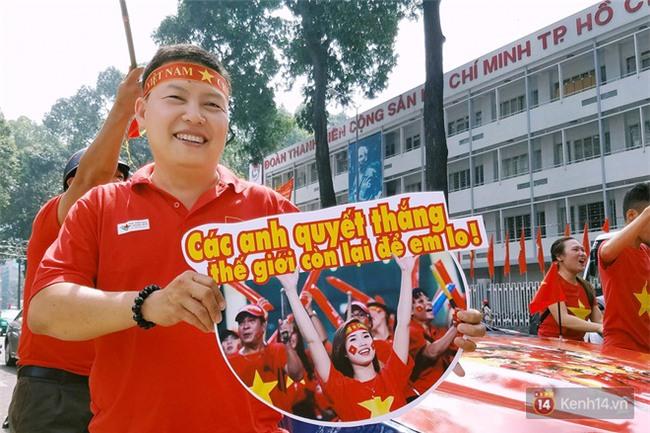 Cười vỡ bụng với nghìn lẻ một khẩu hiệu cổ vũ U23 Việt Nam cực ấn tượng của cổ động viên cả nước - Ảnh 7.