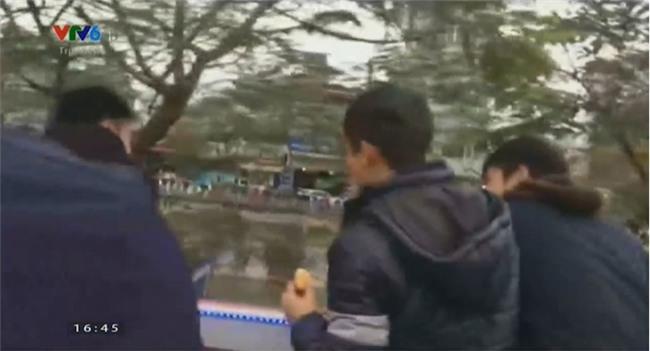 Các chàng trai U23 Việt Nam ăn gì trên xe bus khi bị người hâm mộ bao vây suốt 6 tiếng?-2
