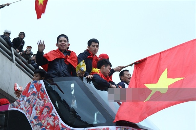 Các chàng trai U23 Việt Nam ăn gì trên xe bus khi bị người hâm mộ bao vây suốt 6 tiếng?-6