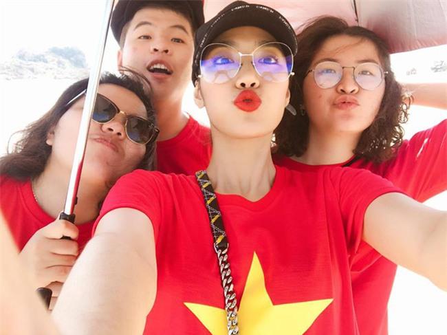 Chưa bao giờ street style của các người đẹp Việt lại ngập tràn cờ đỏ sao vàng như tuần vừa rồi  - Ảnh 12.