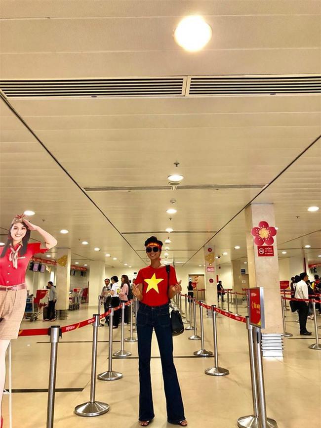 Chưa bao giờ street style của các người đẹp Việt lại ngập tràn cờ đỏ sao vàng như tuần vừa rồi  - Ảnh 2.