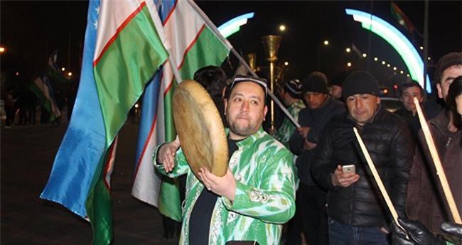 Clip: Hàng nghìn người dân Uzbekistan đội mưa tuyết -11 độ, hò reo chào đón những người hùng U23 về nước - Ảnh 6.