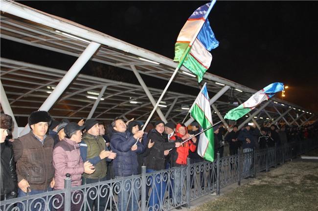 Clip: Hàng nghìn người dân Uzbekistan đội mưa tuyết -11 độ, hò reo chào đón những người hùng U23 về nước - Ảnh 8.