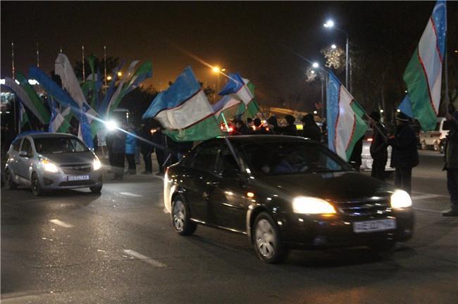 Clip: Hàng nghìn người dân Uzbekistan đội mưa tuyết -11 độ, hò reo chào đón những người hùng U23 về nước - Ảnh 9.