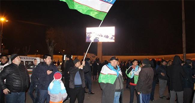Clip: Hàng nghìn người dân Uzbekistan đội mưa tuyết -11 độ, hò reo chào đón những người hùng U23 về nước - Ảnh 10.