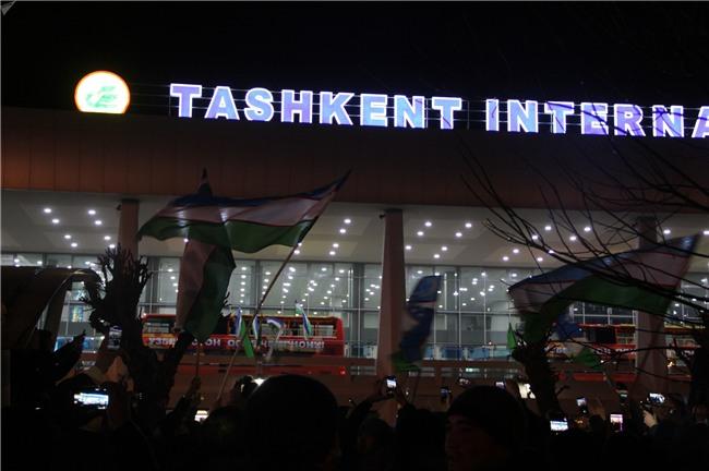 Clip: Hàng nghìn người dân Uzbekistan đội mưa tuyết -11 độ, hò reo chào đón những người hùng U23 về nước - Ảnh 11.