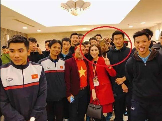 Chinh ơi trong lúc cả đội đang chụp ảnh sao lại soi tóc chị Mai Ngọc thế kia? - Ảnh 1.