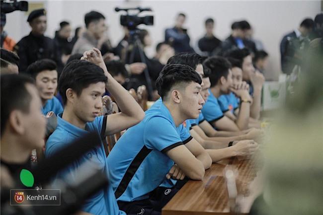 Cận cảnh dàn cầu thủ cực phẩm U23 Việt Nam trong họp báo mừng công - Ảnh 1.