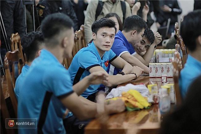 Cận cảnh dàn cầu thủ cực phẩm U23 Việt Nam trong họp báo mừng công - Ảnh 6.