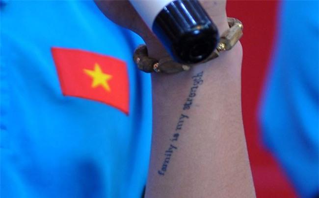 Nhiều người xúc động khi nhìn thấy dòng chữ ý nghĩa được xăm trên tay người hùng Quang Hải - Ảnh 2.