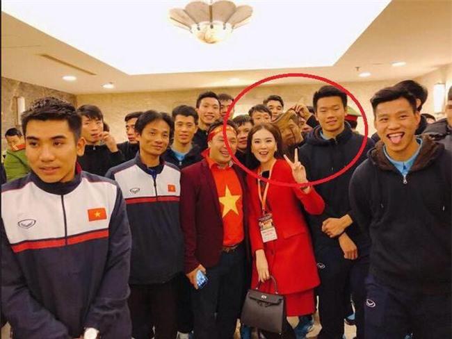 Lăn xả ngoài sân bóng là vậy thế nhưng ở đời thường, Đức Chinh lại khiến ai cũng bật cười vì độ nhí nhố vô đối của mình - Ảnh 4.