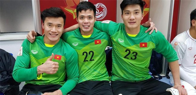 Này chị em, ngoài hot boy Tiến Dũng, U23 Việt Nam còn 1 chàng thủ môn dự bị rất đẹp trai và ngầu nhé - Ảnh 1.