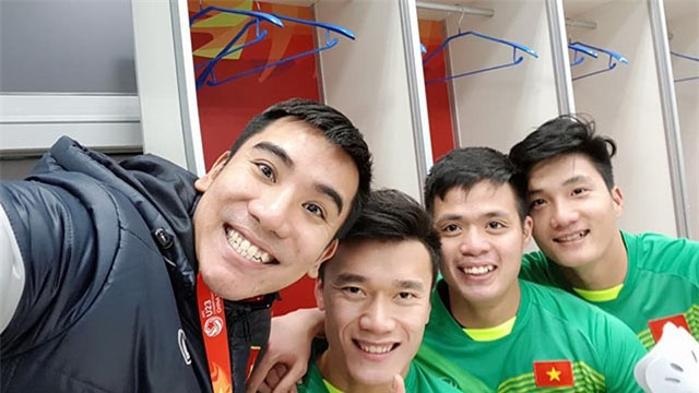 Này chị em, ngoài hot boy Tiến Dũng, U23 Việt Nam còn 1 chàng thủ môn dự bị rất đẹp trai và ngầu nhé - Ảnh 6.