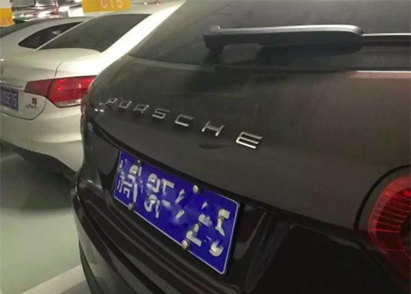 Chàng trai đã dán tên hãng Porsche lên đuôi xe