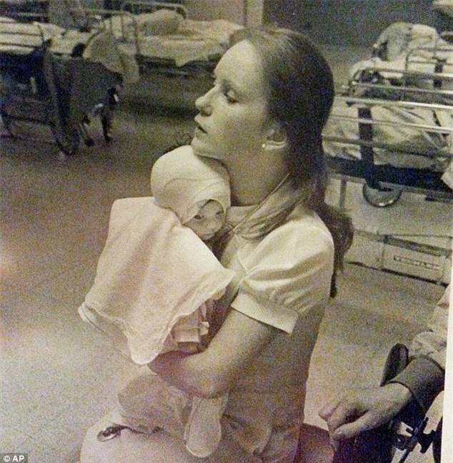 Bé gái bị bỏng được nữ y tá xinh đẹp cứu sống, 38 năm sau điều bất ngờ xảy ra khiến ai cũng nghẹn ngào - Ảnh 1.
