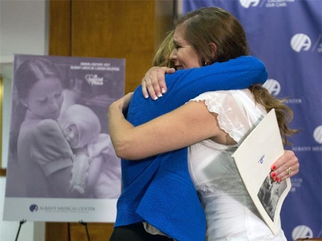 Bé gái bị bỏng được nữ y tá xinh đẹp cứu sống, 38 năm sau điều bất ngờ xảy ra khiến ai cũng nghẹn ngào - Ảnh 3.