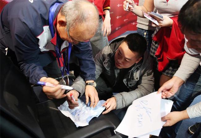 Được vợ bầu giao nhiệm vụ, anh chàng này phải bon chen xin chữ ký HLV Park Hang Seo cho con trai sắp chào đời - Ảnh 2.