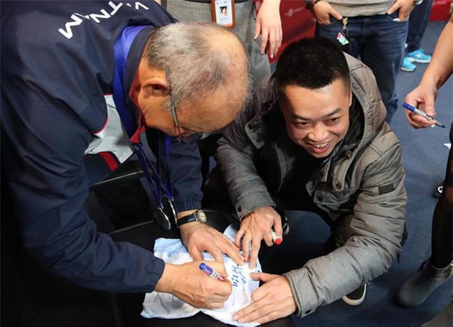 Được vợ bầu giao nhiệm vụ, anh chàng này phải bon chen xin chữ ký HLV Park Hang Seo cho con trai sắp chào đời - Ảnh 3.