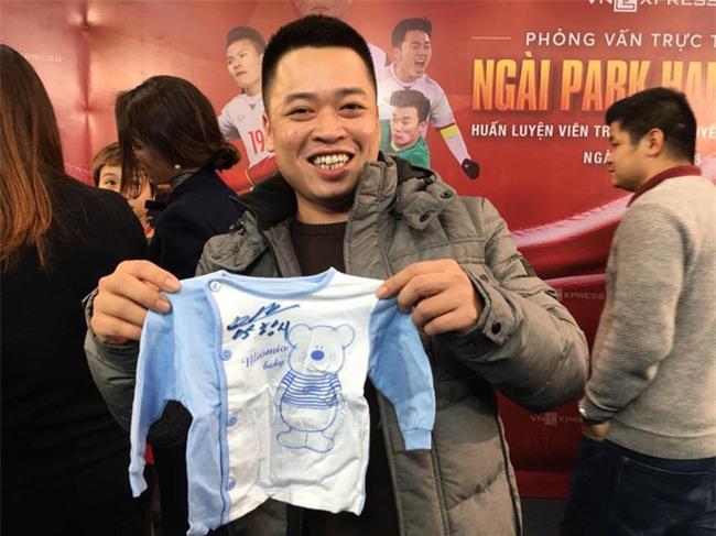 Được vợ bầu giao nhiệm vụ, anh chàng này phải bon chen xin chữ ký HLV Park Hang Seo cho con trai sắp chào đời - Ảnh 4.