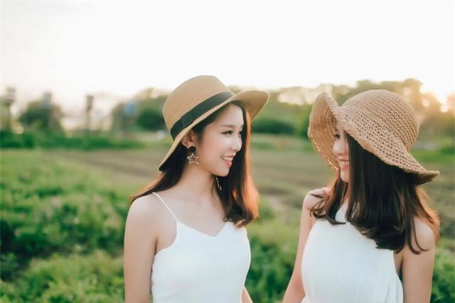 Cặp chị em song sinh Nghệ An Nguyễn Quỳnh Anh và Nguyễn Mai Anh gây ấn tượng đặc biệt với dân mạng.