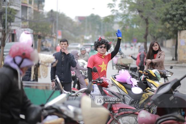 Người dân vui sướng, ôm chầm lấy anh em Tiến Dũng và trung vệ Lê Văn Đại ở quê nhà