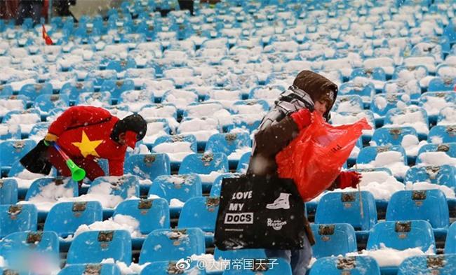 Netizen Trung khen ngợi không ngớt các nữ CĐV Việt Nam thu dọn rác sau trận chung kết bất chấp thời tiết lạnh giá - Ảnh 3.
