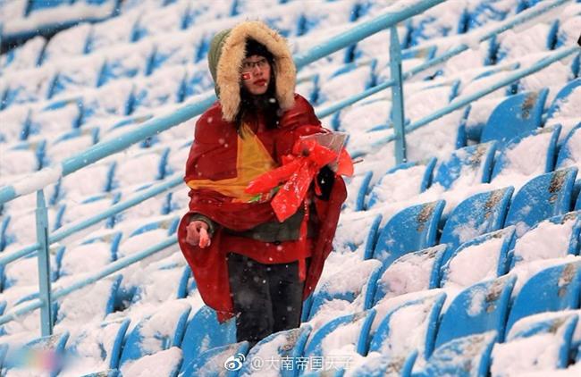 Netizen Trung khen ngợi không ngớt các nữ CĐV Việt Nam thu dọn rác sau trận chung kết bất chấp thời tiết lạnh giá - Ảnh 4.