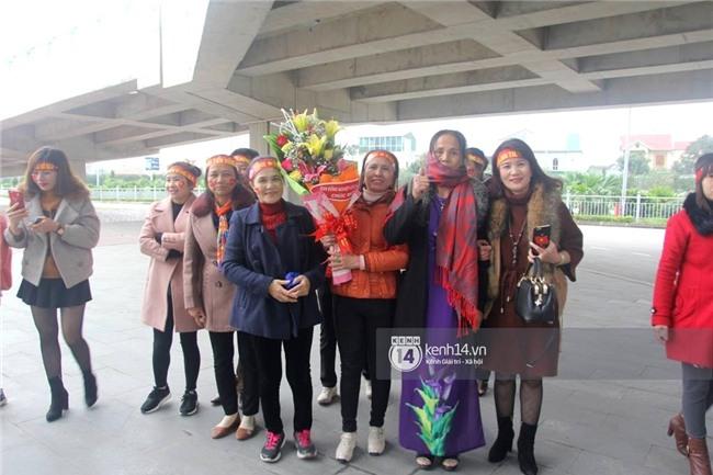 Người hâm mộ Nghệ An đổ xô ra sân bay Vinh đón Công Phượng và những đồng đội xứ Nghệ - Ảnh 1.