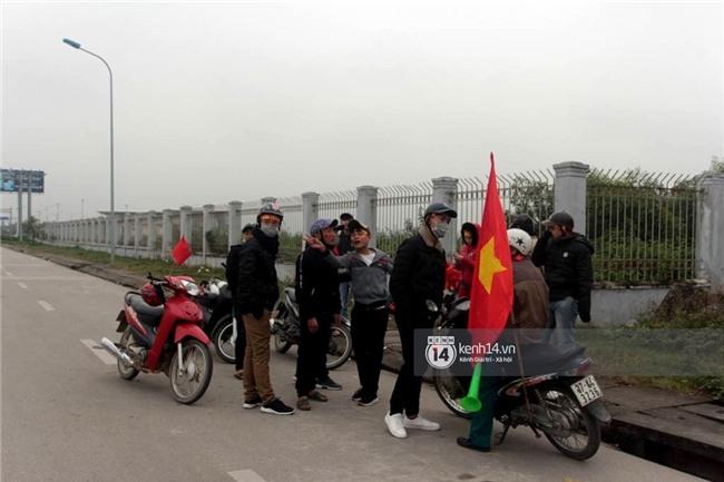 Người hâm mộ Nghệ An đổ xô ra sân bay Vinh đón Công Phượng và những đồng đội xứ Nghệ - Ảnh 2.