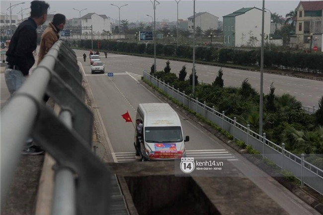 Người hâm mộ Nghệ An đổ xô ra sân bay Vinh đón Công Phượng và những đồng đội xứ Nghệ - Ảnh 3.