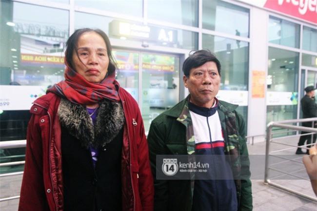 Người hâm mộ Nghệ An đổ xô ra sân bay Vinh đón Công Phượng và những đồng đội xứ Nghệ - Ảnh 5.