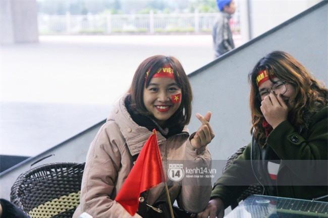 Người hâm mộ Nghệ An đổ xô ra sân bay Vinh đón Công Phượng và những đồng đội xứ Nghệ - Ảnh 6.