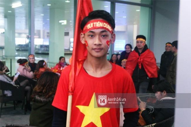 Người hâm mộ Nghệ An đổ xô ra sân bay Vinh đón Công Phượng và những đồng đội xứ Nghệ - Ảnh 7.