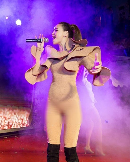 Tự tin dáng đẹp mặc gì cũng đẹp, nhưng với bộ jumpsuit này thì Hà Hồ lại mặc sai quá rồi - Ảnh 2.