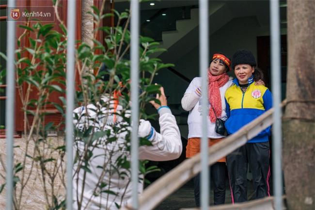 """Chuyện cụ ông 69 tuổi bắt xe ôm, xe buýt gần 100km đến nhà bố mẹ Quang Hải để tặng một món quà """"đặc biệt"""" - Ảnh 1."""