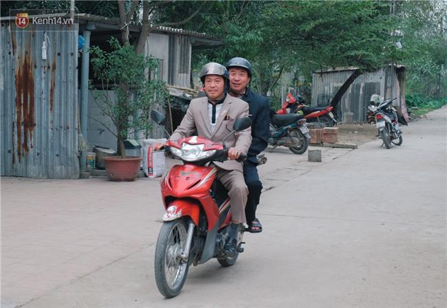 Chuyện cụ ông 69 tuổi bắt xe ôm, xe buýt gần 100km đến nhà bố mẹ Quang Hải để tặng một món quà đặc biệt - Ảnh 2.