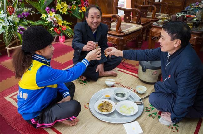 """Chuyện cụ ông 69 tuổi bắt xe ôm, xe buýt gần 100km đến nhà bố mẹ Quang Hải để tặng một món quà """"đặc biệt"""" - Ảnh 4."""