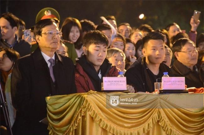 Cảnh sát giữ trật tự tại nhà Xuân Trường khi có quá đông người hâm mộ kéo đến-11