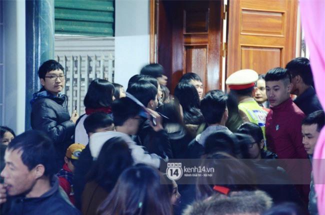 Cảnh sát giữ trật tự tại nhà Xuân Trường khi có quá đông người hâm mộ kéo đến-12