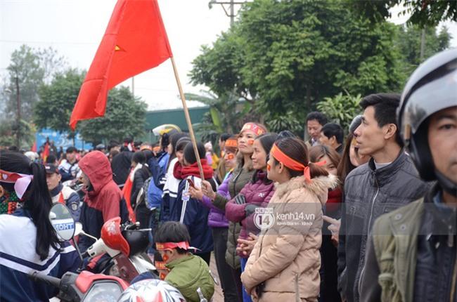 Cảnh sát giữ trật tự tại nhà Xuân Trường khi có quá đông người hâm mộ kéo đến-4