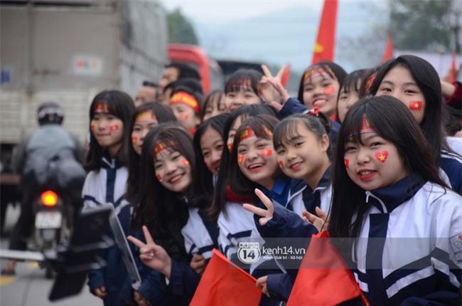 Cảnh sát giữ trật tự tại nhà Xuân Trường khi có quá đông người hâm mộ kéo đến-9