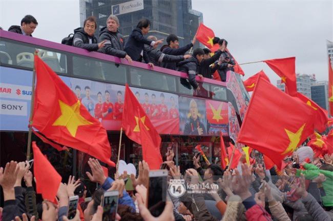 Giáo viên nước ngoài tại Việt Nam: Tôi thực sự xúc động khi nhìn thấy dòng người chào đón các cầu thủ U23 về nước - Ảnh 2.
