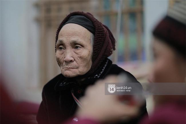 """Bà nội anh em Tiến Dũng rơi nước mắt ngày 2 cháu trở về: """"Đông lắm nên cứ nắm được tay cháu thì người ta lại chen vào"""" - Ảnh 3."""