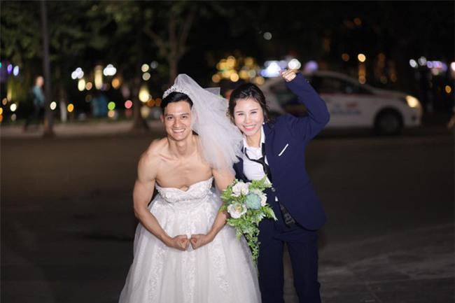 Cười té ghế với bộ ảnh siêu lầy chú rể yếu đuối và cô dâu to, cao, khỏe mặc váy cưới lộ nguyên bờ vai trần cơ bắp - Ảnh 2.