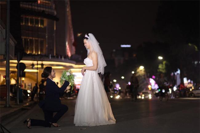 Cười té ghế với bộ ảnh siêu lầy chú rể yếu đuối và cô dâu to, cao, khỏe mặc váy cưới lộ nguyên bờ vai trần cơ bắp - Ảnh 3.