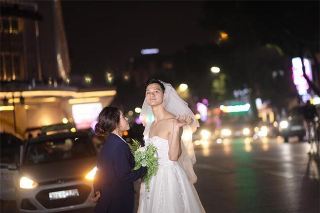 Cười té ghế với bộ ảnh siêu lầy chú rể yếu đuối và cô dâu to, cao, khỏe mặc váy cưới lộ nguyên bờ vai trần cơ bắp - Ảnh 4.
