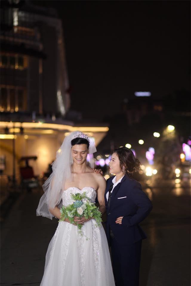 Cười té ghế với bộ ảnh siêu lầy chú rể yếu đuối và cô dâu to, cao, khỏe mặc váy cưới lộ nguyên bờ vai trần cơ bắp - Ảnh 7.