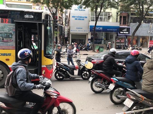 Hà Nội: Xe Vision bị xe bus dồn toa, cắm cứng vào đuôi ô tô con - Ảnh 2.