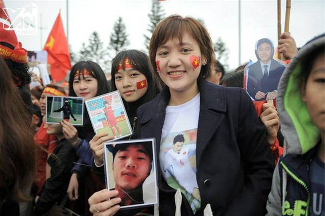 Cô gái vượt hơn 1700 km đón cầu thủ U23 Việt Nam và 4 lần bật khóc giữa lòng Hà Nội - Ảnh 1.