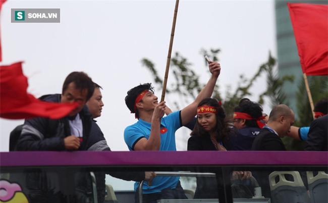Cô gái vượt hơn 1700 km đón cầu thủ U23 Việt Nam và 4 lần bật khóc giữa lòng Hà Nội - Ảnh 3.